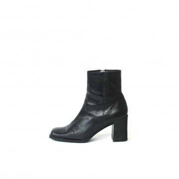 Vintage 90's black leather ankle boots with block heel and square toe, size 9