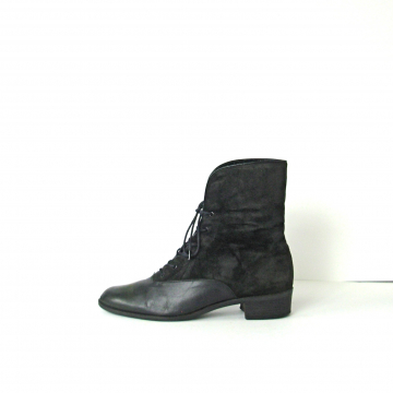 Vintage 80's black leather and suede pointed toe ankle boots with faux fur lining, witchy boots, size 9